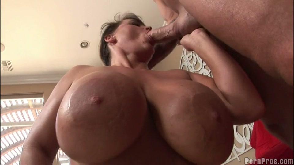Huishoudster met grote tieten pijpt lul van haar baas