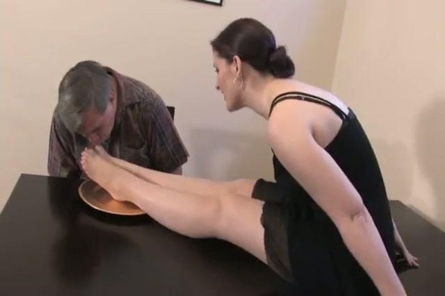 Haar prachtige voeten op een gouden bordje gepresenteerd