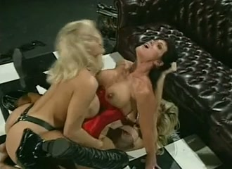 Lesbische dubbel gepenetreert door twee blonde lesbo's