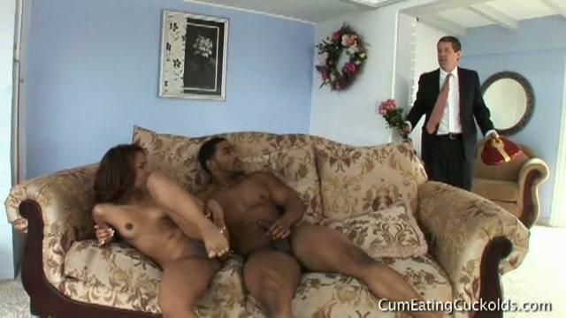 Geile ebony vrouw betrapt door haar man op slippertje met grote neger.
