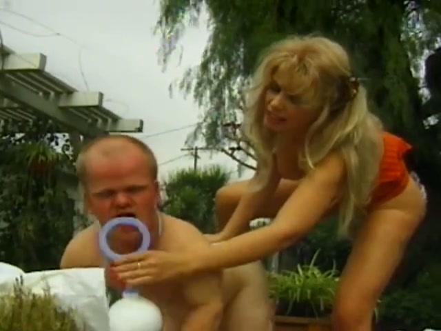 Dwerg verkleed als baby krijgt zijn speen anal, fetish roleplay.