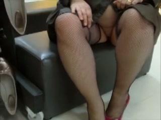 Dikke vrouw wandelt in het openbaar met niks aan alleen haar stockings en regenjas.