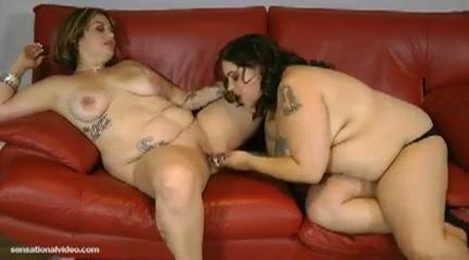 Twee dikke lesbische meiden verwennen elkaars kale vagina