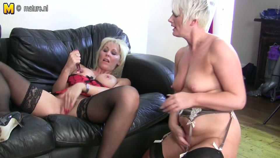 Twee oudere lesbo sletten verwennen elkaars kut
