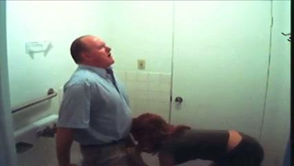 De oudere man vult het mondje van de studente met sperma