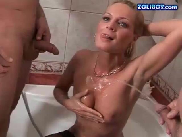 Kinky opaatjes pissen over lekker blondje om haar daarna te neuken