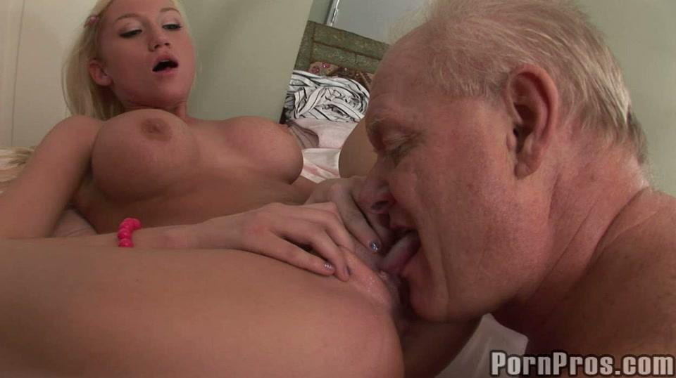 Oude man neukt jong blondje - tiener heeft sex met opa
