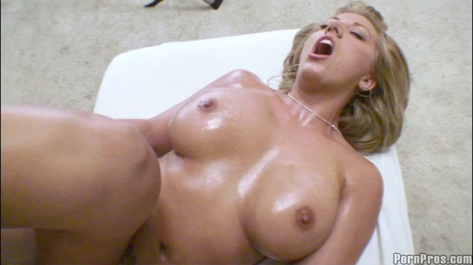 Na een ontspannende massage staat ze heerlijk open voor zijn harde lul