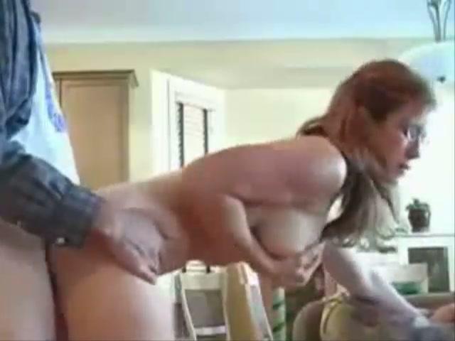 Geil huisvrouwtje laat haar vent in in een paar seconden klaarkomen