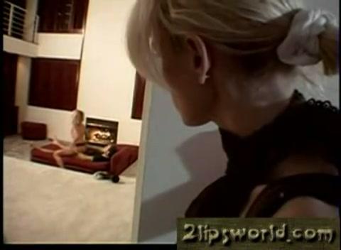 Moeder kijkt toe hoe haar zoon zijn vriendin neukt