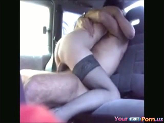 Neuken op de achter bank van de auto