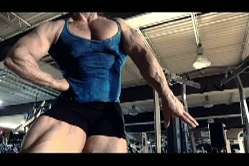 Gespierde bodybuildster speelt met haar bevredigen mollig klit