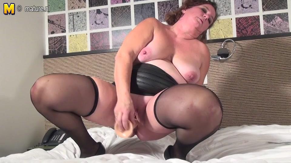 hollandse opgewonden huismoeder in wellustig sexy lingerie mastubeerd