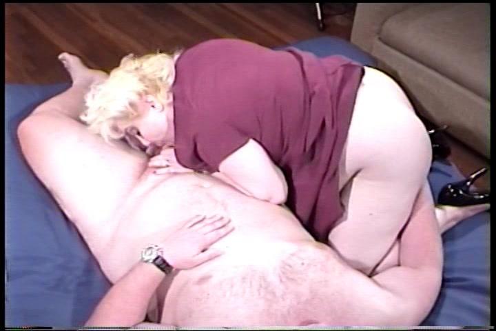 De bolle meid zuigt de penis van zware neef