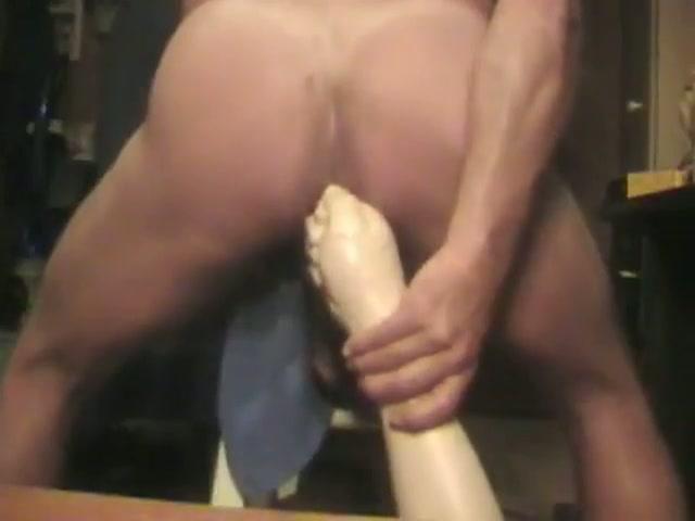 De vuist sexspeeltje gaat diep zijn sterretje in