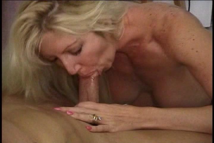 Als bijbaantje laat de huismoeder zich filmen en neuken