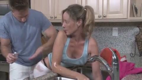 mama wordt gewipt door haar zoon terwijl ze vast zit