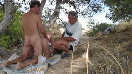 Oude rukker probeert mee te doen met het buiten seksende koppel