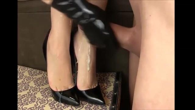 Een volledige vracht zaad spuit over haar wellustig voetjes