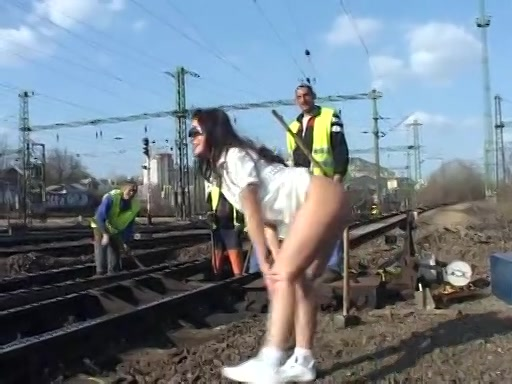 Ze flashed haar naakte pruim bij spoorwegwerkers