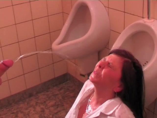 Toilet juffrouw in haar gezicht geplast en gepenetreerd
