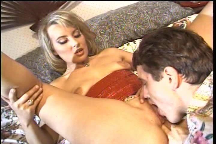 Hij bevredigd en beft zij zuigt en trekt hem af