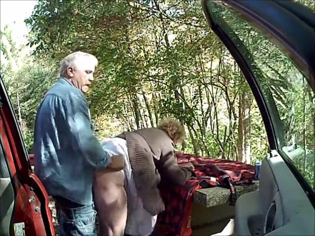 Hij laat de ouwe hoer pijpen en naait haar