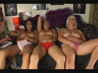 drie bevredigende moppie masturberen op een rij