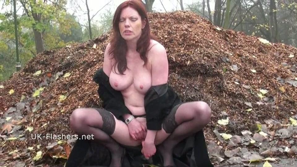 nakend lopen en mastuberen in het bos