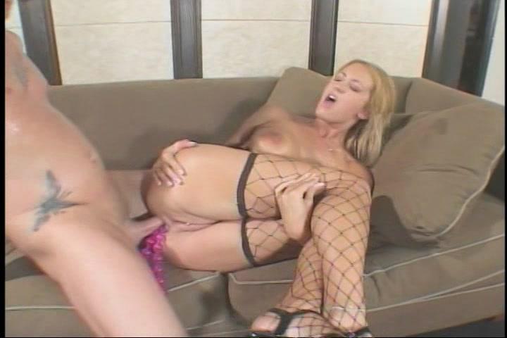 Tussen de porna speeltjes die in haar anus zitten naait hij haar anal