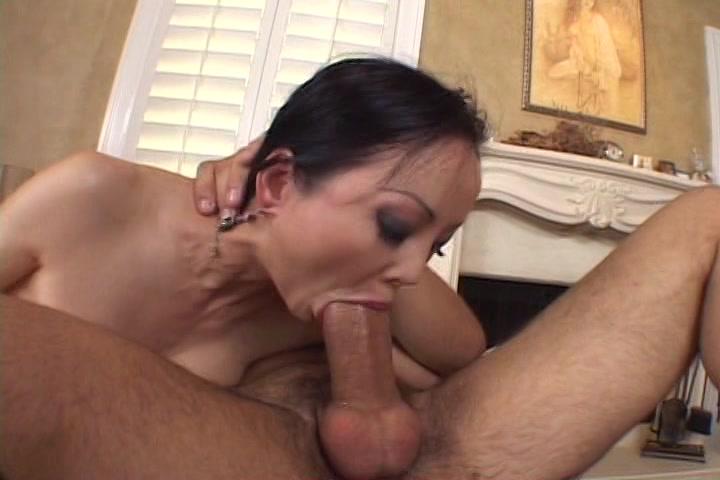 Hij laat haar fluiten en neukt haar mond totdat hij klaar komt