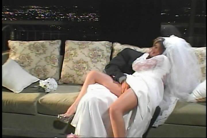 In haar huwelijksnacht word ze anal geketst