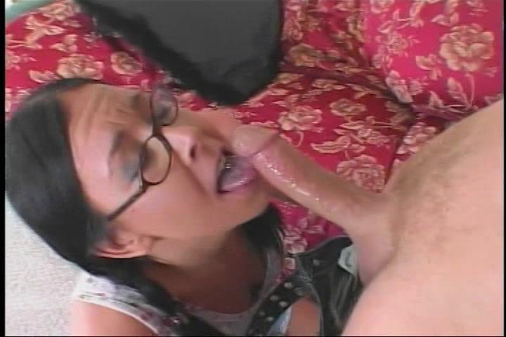 Brildragend moppie voor de eerste keer anal geneukt
