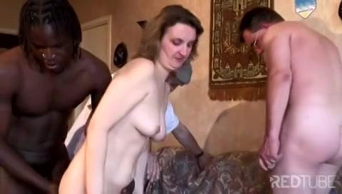 Na zelf te zijn gepijpt doet zijn echtgenote in een gangbang mee