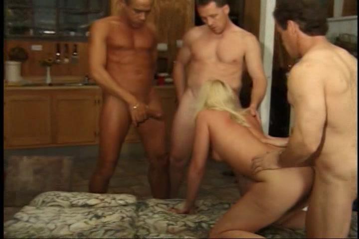 3 mature kerels laten zichzelf afzuigen en berijden het moppie