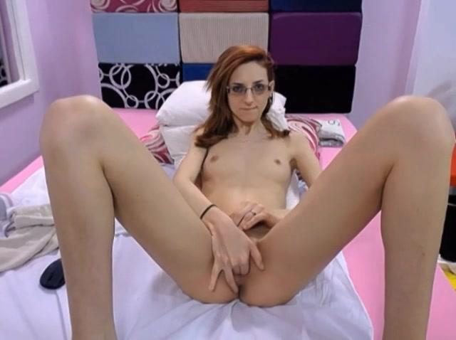 Slank brildragend meisje mastubeerd voor de webcam