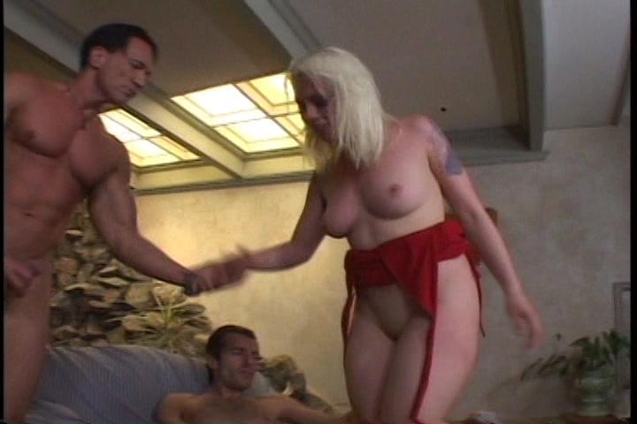 Lorelei is een opgewonden bitch die door twee pikken gewipt wil worden