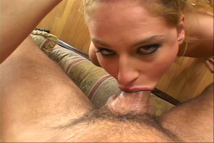 Zijn stijve penis word gepijpt penetreert haar keel en spuit de sperma in haar bekkie