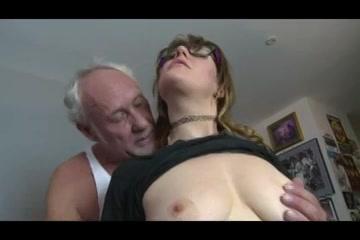 Opa beft het buurmeisje laat haar zuigen en sekst haar