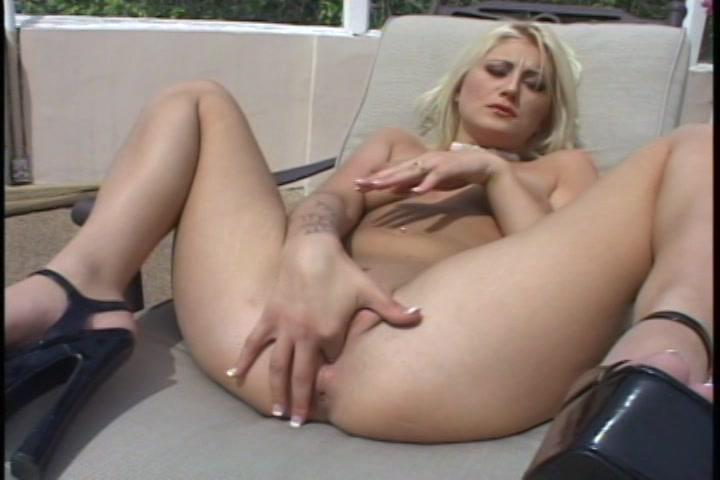 Ze propt de vinger in de poes die net een orgasme heeft gehad