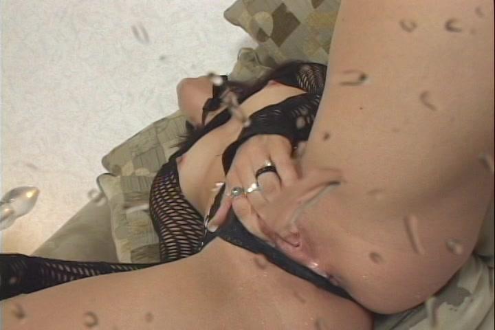 Liggend in wellustig sexy lingerie en met latex laarzen aan ontvangst ze een spuitend orgasme