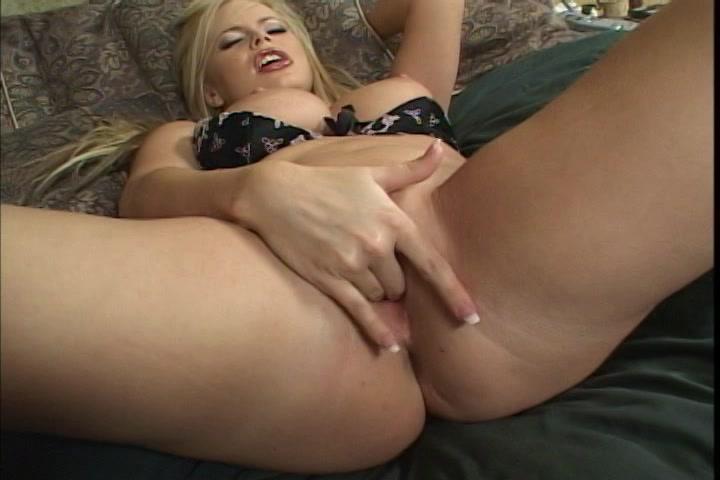 lekkere rondborstige blondine in erotisch ondergoed mastubeerd tot een orgasme