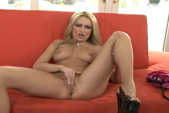 heet blondje geilt je op in erotisch sexy lingerie en mastubeerd
