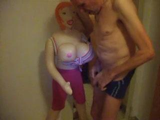 zichzelf aftrekkend met de porna pop komt hij in zijn onderbroek klaar