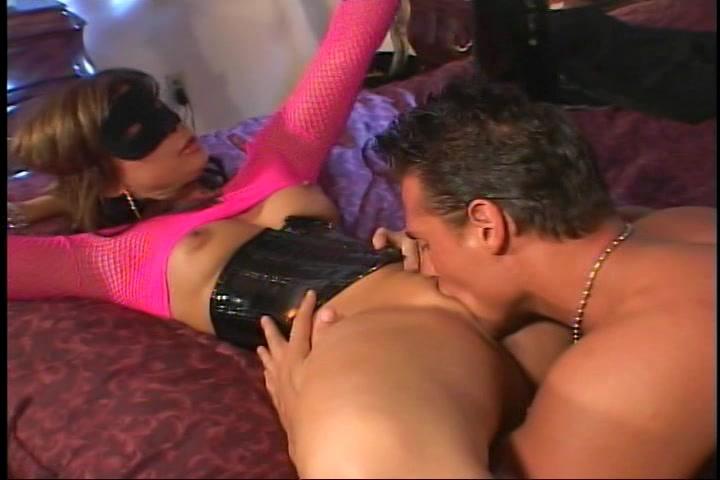 Hij vingert en beft haar kut word gepijpt en naait vervolgens haar vagina en aarsopening