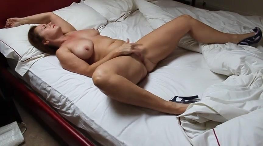 Met haar benen wijd masturbeert de milf tot ze een orgasme krijgt