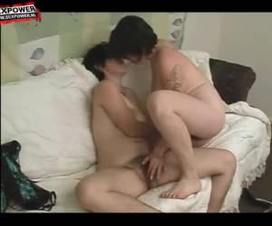 Twee lesbische meiden beffen elkaars behaarde kut