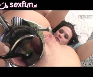 In deze extreme trio sex eten ze uit de anus van een van de meisjes
