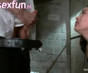 Gevangene wordt in haar kont geneukt