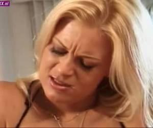 Zijn vrouw kijkt toe hoe haar man het donkere meisje vol sperma spuit